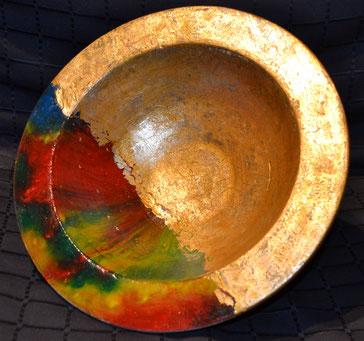 Große Schale mit Blattmetal und Pigmenten verziert. 11,5 x 28 cm