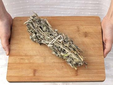 Griechischer Salbei als Bündel auf einem Holzbrett