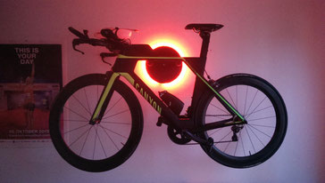 Wandhalter Wandmontage Halterung Fahrrad Rennrad Holz mit Beleuchtung LED Bike wall mount Karbon Carbon Canyon