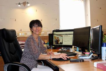 Mireille Besançon, épouse salariée, au bureau en charge de la gestion administrative de l'entreprise d'électricté