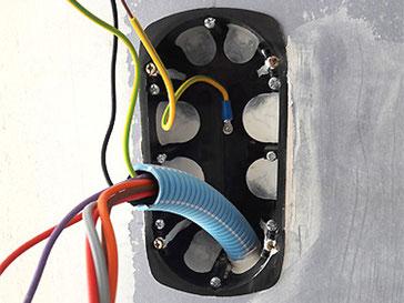 Boîtier blindé contre les champs électriques et électromagnétiques pour pose d'interrupteur