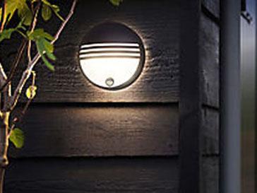 Applique d'éclairage extérieur posé en façade pour éclairage du jardin