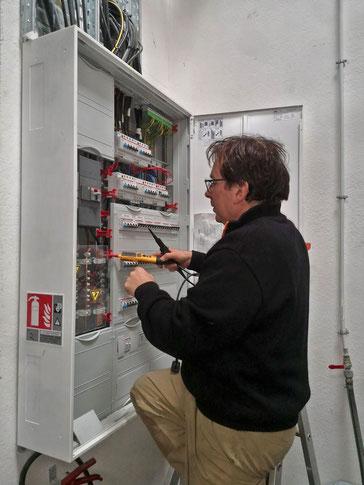 Thierry Besançon, électricien à Viriat, entrain d'installer des protections au tableau électrique de la Brasserie St-Clair à Montagnat