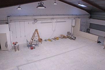Installation de plafonniers d'éclairage LED dans un local professionnel