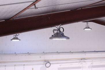 Plafonniers d'éclairage LED posés dans un local professionnel
