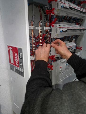 Installation de protections électriques dans un tableau électrique industriel