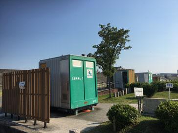 河川公園内の仮設トイレ