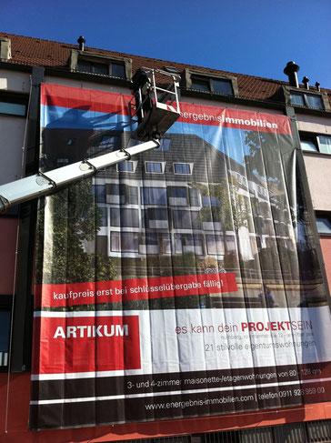 Montage von Großformatdrucken auf Fassaden, Geruesten, Bautafeln, Bauschilder