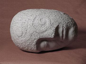 liegender Kopf aus Marmor. Träumer aus Stein. Traumstein. Steintraum.der Schlaf dargestellt als Skulptur aus Marmor. Deko für das Schlafzimmer.