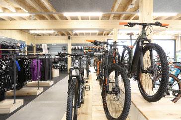 Lucky Star Sargans – Mountainbikes, Tourenbikes, Downhill & Freeridebikes, Trekking & Citybikes, E-Bikes, E-Mountainbikes, Rennvelos, Kindervelos, Veloanhänger, Occasionen. Markenvelos von Cube, Cresta, Rocky Mountain, Price, Flyer, Cervélo.