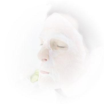 Auflegen der Gesichtsmaske für 10 Minuten für belebenden Effekt