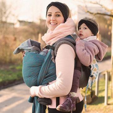 Tandem tragen im Huckepack Onbuhimo und Huckepack Tragetuch, Tragevarianten bei Zwillingen.