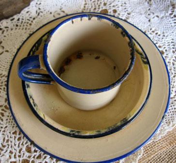 Antiguo servicio de colección de taza y platos de acero esmaltado