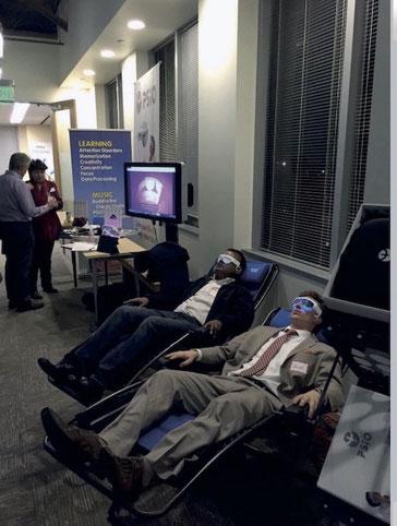 hommes se relaxant sur fauteuils avec lunettes psio