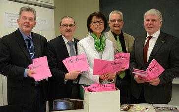 Die Bürgermeister hatten der Direktorin die Broschüren mitgebracht: Gundolf Kemnah, Lutz Erwig, Helga Akkermann, Wolfgang Moegerle und Carl Jürgen Lehrke (v.li.) – Foto: JPH