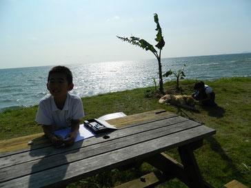 学校帰りの近所のちびっ子達が宿題しながらクラちゃんと遊んでくれました。