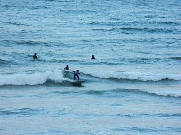昨日夕方南西のうねりでしたが、今日は朝から北西ウネリへシフトしましたが、まぁ遊べる波でした。
