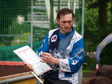 Krzysztof Bielski erklärt die Spiel-Strategie. Foto: Verein