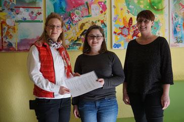 Auf dem Foto von links: Simone Prell-Kaatz (2. Vorsitzende), Michelle Kraus und Tanja Kraus (KiGa-Leiterin)