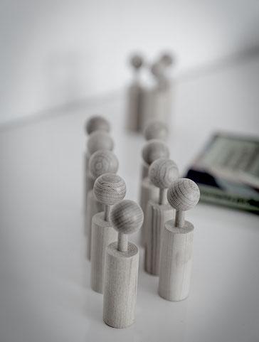 Verschiedene Organisationsmitglieder unterschiedlicher Hierarchieebenen arbeiten konzentriert am Prozess