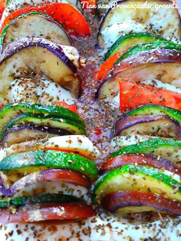 Tian van Provençaalse groente en mozzarella