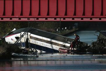 フランス国鉄脱線事故画像