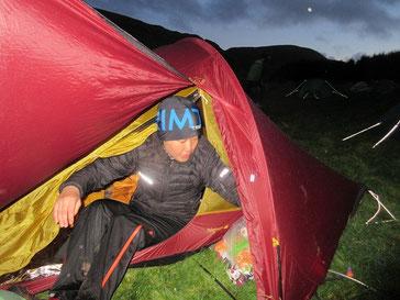 日が落ちる前にフィニッシュでき、テントも張りほっと一息。おっくうで下半身はまだ着替えていない
