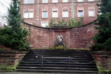 Saarbrücker Straße 270, Kriegerdenkmal, Heinrich Otto, Skulptur von Kuhn