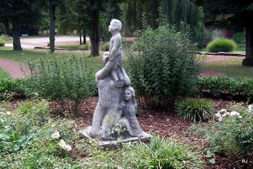 Steinskulptur, Mutter mit Kindern, Dudweiler,, Park