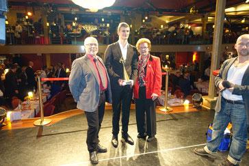 Sieglinde Schulz und Manfred Jucks gratulieren Linus Natho ganz herzlich zu seiner Wahl