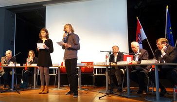 Students of the Goethe Gymnasium moderate the discussion