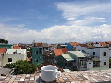 Ausblick mit Kaffee im Hostel in Hoi An