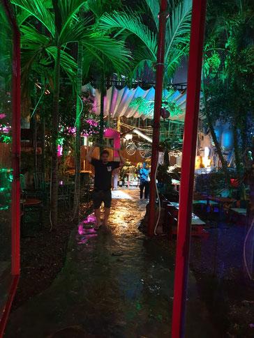 Auf dem Weg in die Bar von Hoi An - der Regen erschwert den Weg