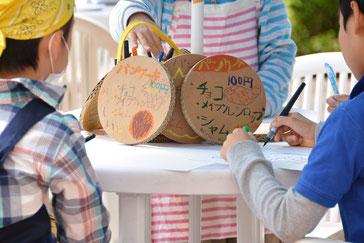 メニューボードは石巻で復興に大きく貢献する今野梱包、今野社長より息子がいただいた段ボールの端材を利用