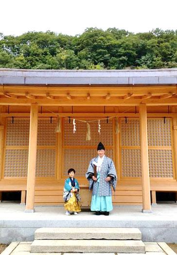 総社宮拝殿の前で記念撮影をする七五三のお参りに訪れた太陽くん