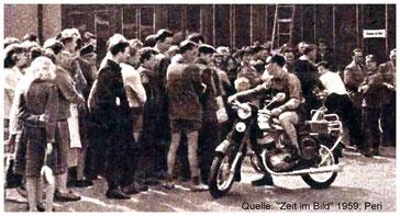 """Anstehen nach Eintrittskarten am Gasthof Lotzdorf.  Vorn eine """"Jawa 350"""", damals ein echter Hingucker."""