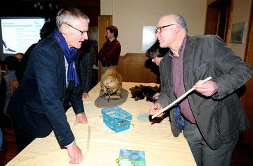 Der Biber- Experte Bernd Hermening (rechts) erläutert Dr. Helmut Roth vom NABU Holzminden Fraßspuren des Bibers