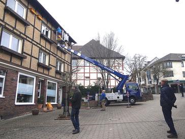 Das Anbringen der Nistkästen mittels Hubsteiger sorgt für Interesse in Stadtoldendorf (Foto: Tanja Frischgesell)