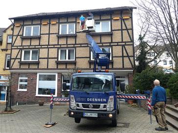 Zur Fußgängerzone hin hängen nun 22 Mauerseglerkästen (Foto: Tanja Frischgesell)