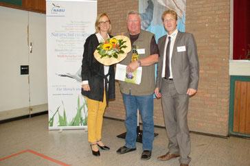 Die NABU-Landesgeschäftsführerin Inez Schierenberg und der NABU-Landesvorsitzende Dr. Holger Buschmann dankten Ulrich Frischgesell für seine Arbeit. - Foto: Anette Meyer