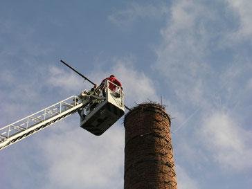 Walter Waske und ein Feuerwehrmann aus Höxter bei der Vermessung des Storchennestes (Foto: Tanja Frischgesell)