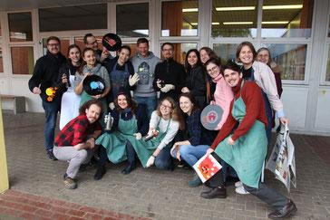 Mit Spraydosen auf Banksys Spuren: Das russsich-deutsche Team beim Street-Art-Workshop. Foto: Richter
