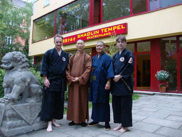 die beiden Stilgründer mit ihren asiatischen Lehrmeistern,  v.l.n.r. GM Mario v. Röhl, GM Shi Yong Chuan (China), GM Seifuku Nitta (Okinawa), GM Silvia v. Röhl