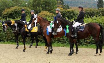 Im Vorjahr stolz auf ihre Siegerschleifen beim großen Herbstturnier des RFVO: Beerfeldener Reiterinnen mit ihren Pferden.