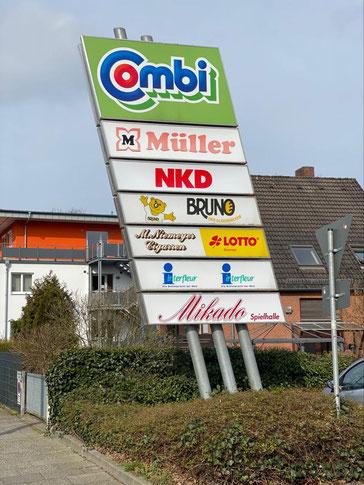 Combi Verbrauchermarkt mit weiteren Dienstleistern (Drogeriemarkt, Bekleidung, Bäcker, Tabakwaren mit LOTTO, Blumenladen und Spielhalle) in 28277 Bremen Kattenturm (Foto: 03-2020, Jens Schmidt)
