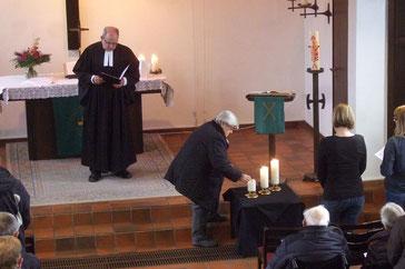 Totengedenken mit Anzünden der Kerzen - Foto: HPD
