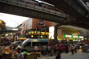 バンコク市内の写真 上部の高架線路がバンコクの鉄道BTS