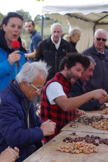 La Castagnade de Joannas,Concours International d'Epluchage de Châtaigne sur le parvis du Chäteau