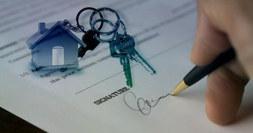 Mietvertrag unterschreiben und Schlüssel erhalten