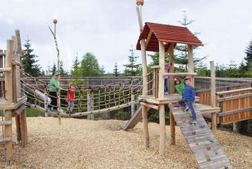 Kinder im Naturerlebnispfad-Spieleland des  WaldWipfelWeges in Maibrunn